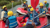 Camat Seginim Mardalena Romli SPd MSi (berkacamata), memantau latihan rutin pemandu wisata alam dan rescue perairan Dayung Serunting di Danau Kawutan Serunting, Minggu sore.