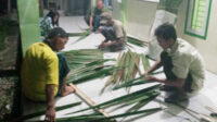 Masyarakat Desa Muara Danau bergotong-royong menyemat atap rumbia untuk rampungkan pembangunan basecamp Dayung Serunting