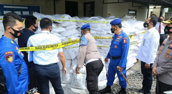 Kabaharkam Polri mengecek barang bukti berupa 16 ton bahan peledak siap rakit menjadi bom ikan yang disita polisi