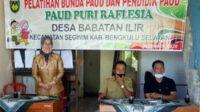 Praktisi PAUD Kabupaten Bengkulu Selatan Mardalena SPd MSi memaparkan materi pelatihan bagi pendidik dan pengurus PAUD Puri Raflesia Desa Babatan Ilir