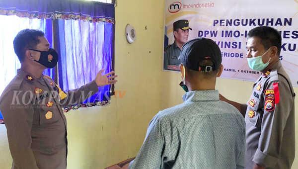 Wakapolres Bengkulu Selatan Polda Bengkulu Kompol Sugeng HP SH (kiri) menyempatkan diri melihat situasi ruang sekretariat IMO DPW Bengkulu yang terletak di dalam kantor redaksi KompolmasTV
