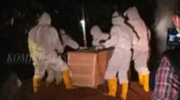 Di bawah pengawasan ketat sejumlah Babinsa Koramil 02-0408 dan segenap personel Polsek Seginim, Gugus Tugas Covid-19 Kabupaten Bengkulu Selatan dan perwakilan keluarga bergegas memakamkan jenazah