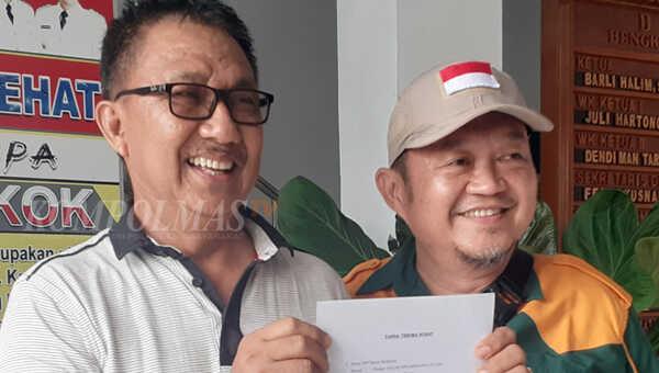 Ketua DPD Partai Berkarya Kabupaten Bengkulu Selatan Syamsul Hayadi (kiri) didampingi Sekretaris Despriyadi memberikan keterangan pers terkait PAW