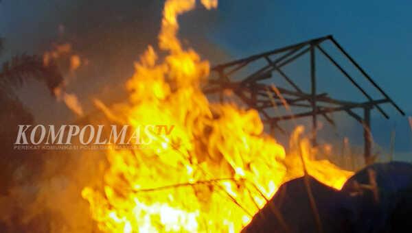 Titik api berasal dari pembakaran sampah, merambat cepat ke arah tenda pemandu arung danau, meluluhlantakkan seluruh dinding dan atapnya