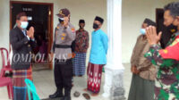 Kedatangan tim di lokasi pertama disambut Kepala Desa Padang Siring Aprizan, di teras masjid