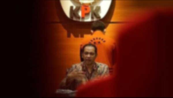 Melalui konferensi pers Minggu (28/2) dinihari, Komisi Pemberantasan Korupsi (KPK) mengumumkan penetapan tiga orang yang terjaring OTT di Kota Makassar sebagai tersangka