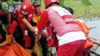Personel Polsek Brebes bersama Tim SAR Brebes mengevakuasi mayat korban, dibawa ke Puskesmas guna divisum tim medis dan Tim INAFIS Polres Brebes