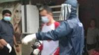 Tersangka ini sempat dibiarkan beberapa saat, sambil menunggu Tim Dokkes membawanya menggunakan mobil ambulans untuk melanjutkan isolasi mandiri di Rusunawa Jalan Veteran