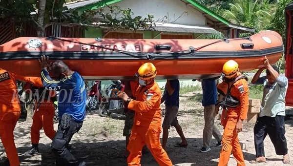 Tim SAR gabungan, terdiri dari Basarnas, Polair, BPBD dan masyarakat menggotong perahu LCR ke laut guna mencari nelayan yang hilang