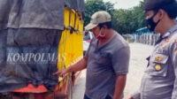 Dua pria harus berurusan dengan polisi karena kedapatan menitipkan sesuatu di bagian belakang bak truk milik orang lain