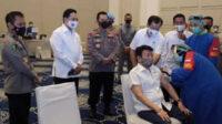 Kapolri Jenderal Polisi Listyo Sigit Prabowo menyaksikan vaksinasi para purnawirawan Polri di Gedung Tribrata Mabes Polri, Senin