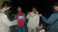 Polisi memergoki sekelompok remaja nongkrong sambil menenggak minuman keras, saat patroli cipta kondisi diPantai Selepuk, Desa Air Lintang, Kecamatan Tempilang