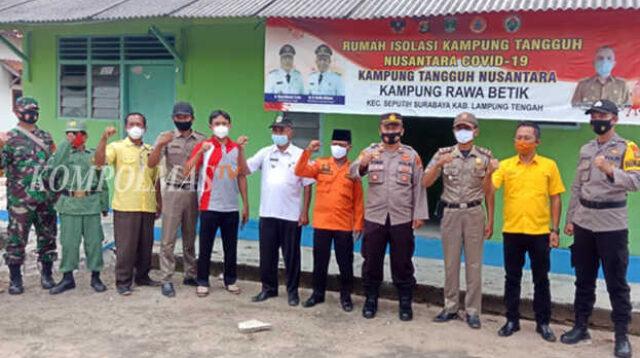 Kapolsek, kepala desa dan seluruh peserta launching KTN Rawa Betik mengecek kesiapan rumah isolasi