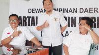 Ketua DPD Partai Berkarya Kabupaten Bengkulu Selatan Syamsul Hayadi (kiri) didampingi Sekretaris DPD Despriyadi (tengah) memberikan saat konferensi pers terkait PAW