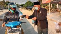 Ratusan paket takjil dibagikan Permala DPD Lampung Tengah kepada para pengguna jalan raya