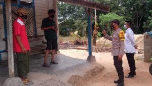 Bhabinkamtibmas Bripka I Nengah Budiasa melaksanakan Binluh dan pendataan di rumah isolasi, Rabu pagi