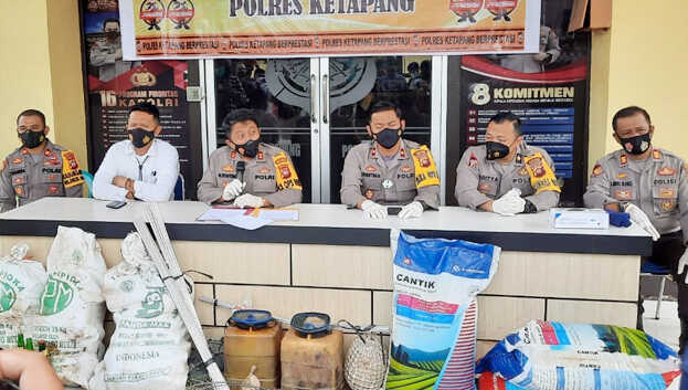 Kapolres Ketapang Polda Kalimantan Barat AKBP Wuryantono menjelaskan, kawanan tersebut saat ditangkap berada di atas dua kapal nelayan