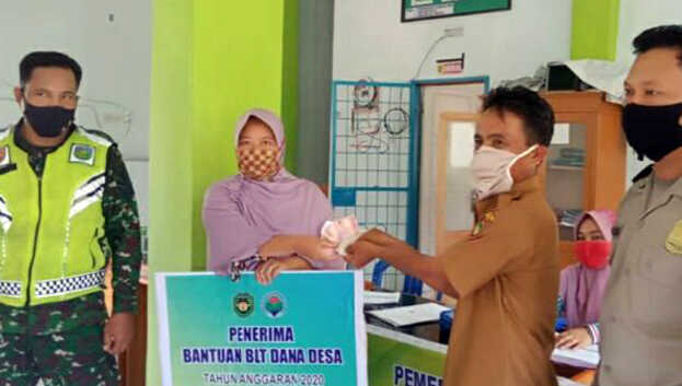 Penyaluran BLT dana desa 2020 di Kantor Desa Dusun Tengah