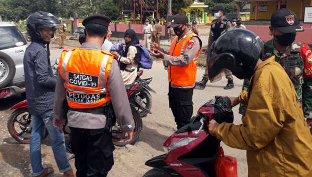Saat operasi dimulai jam 10.00 WIB, masih banyak masyarakat tidak memakai masker. Tim langsung memberi teguran lisan